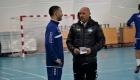Anfører Martin Vingaard (tv.) og cheftræner Auri Skarbalius (th.) hilser på hinanden.